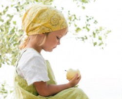 child_with_apple